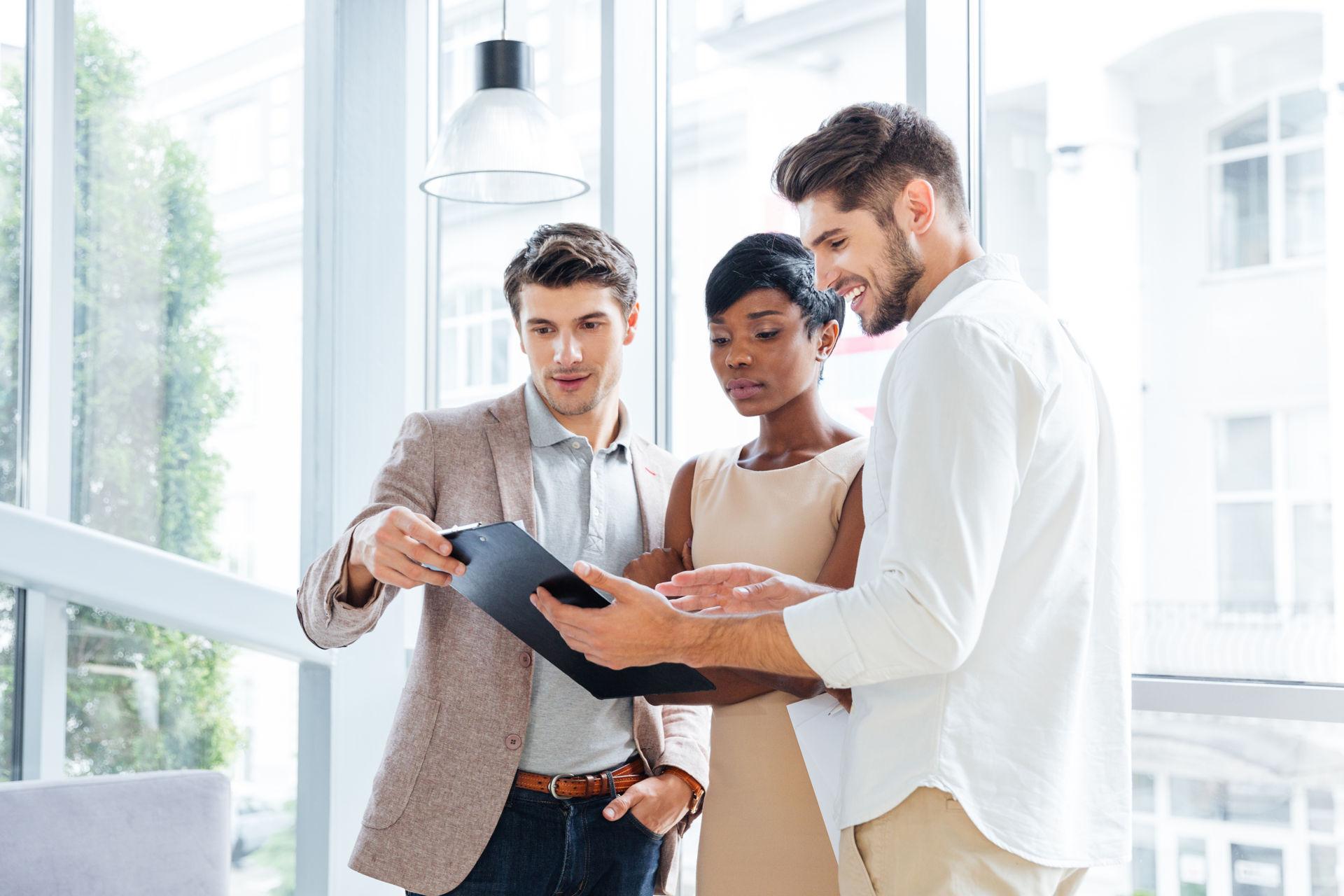 Jovens gestores a discutir a estrutura de um plano de negócios