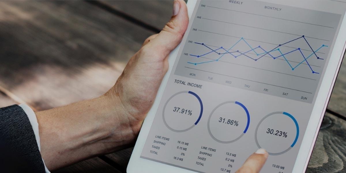 Hombre consulta en la tableta los indicadores de sostenibilidad de la empresa