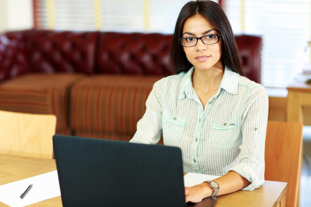 Mujer de negocios trabajando en la oficina y asesorando en el laptop la Suspensión Perfecta de Labores