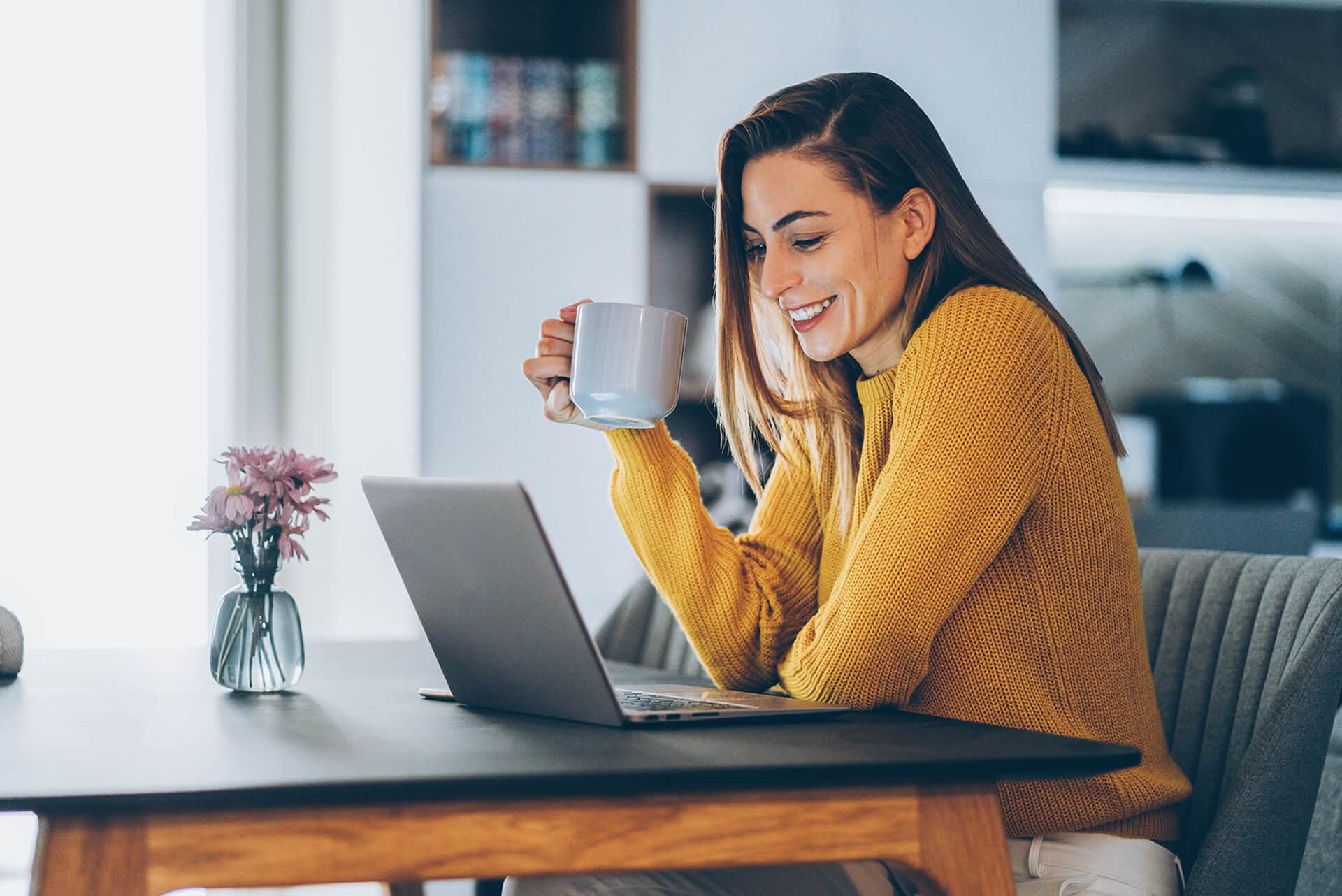 Mulher em casa a fazer trabalho remoto