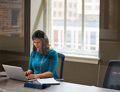 mujer de finanzas trabajando en casa