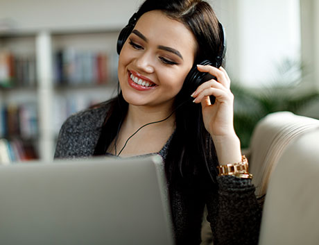 mujer de soporte tecnico hablando con un cliente