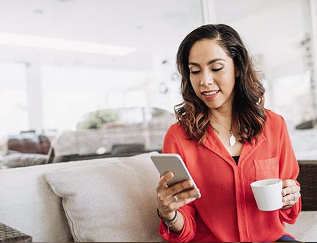 colaboradora mirando las cuentas de su empresa a tavés de su celular