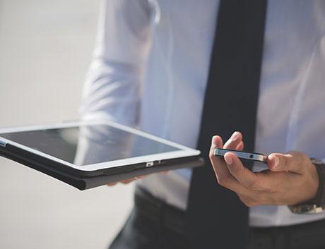 director de finanzas viendo los clientes y proveedores a tavés de su tablet