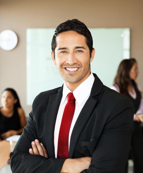 pessoa a sorrir no local de trabalho