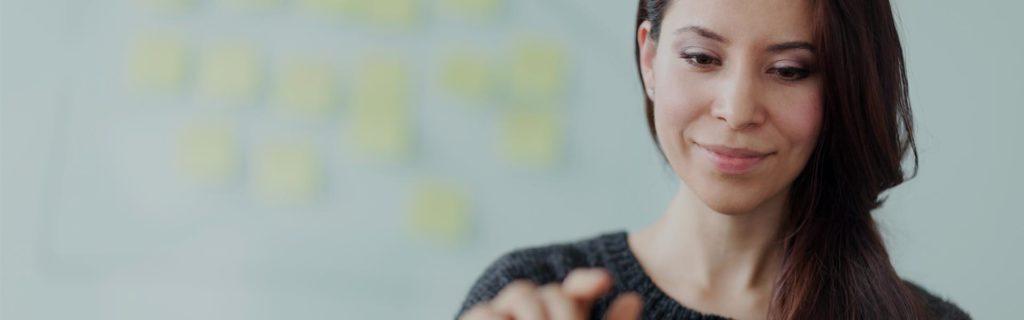 Mujer haciendo gestión de equipos y proyectos en tableta